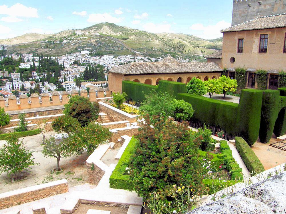 Jardines de los Adarves y las vistas a Granada de fondo